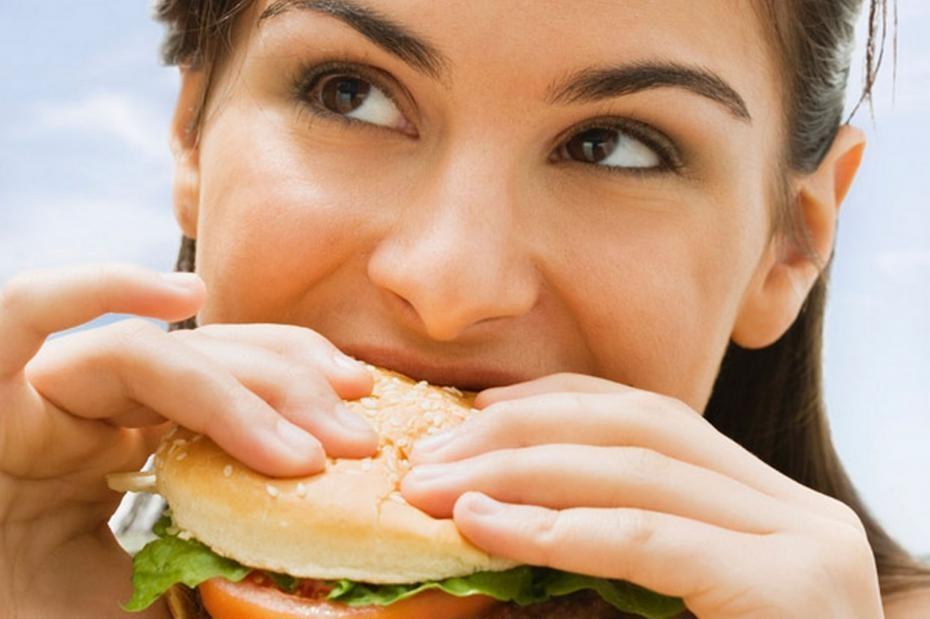 ob_bdcd3b_femme-qui-mange-un-burger