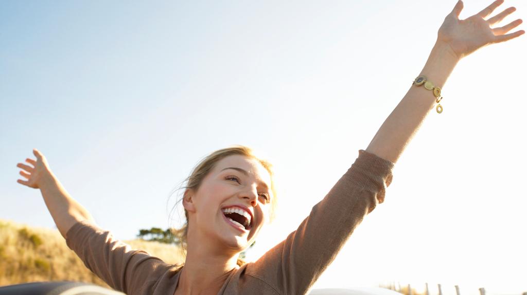 une-femme-heureuse-en-bord-de-mer-10675100ifzpv