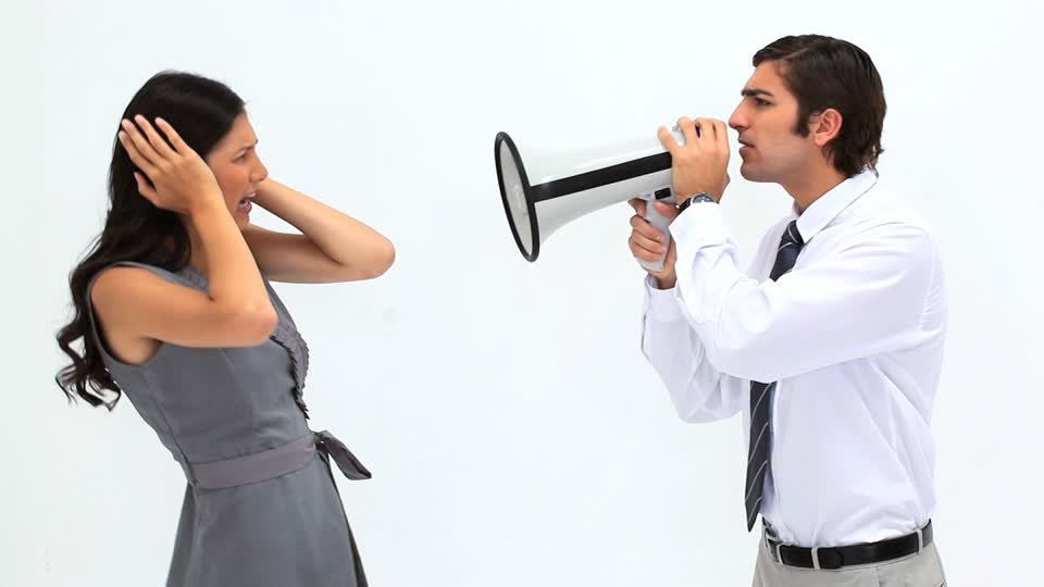 628415013-megafone-colereux-oreille-colere