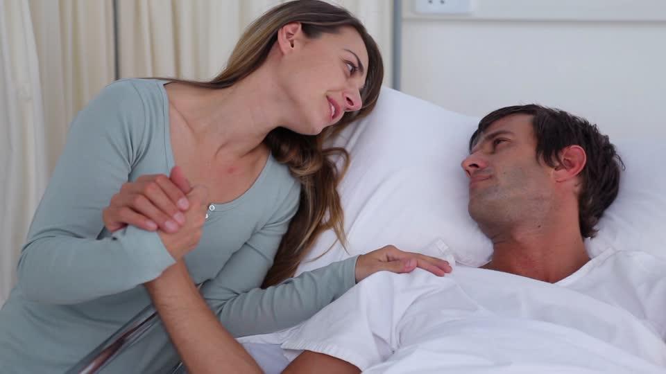 866758746-lit-de-malade-la-faiblesse-couple-d'amoureux-soutien