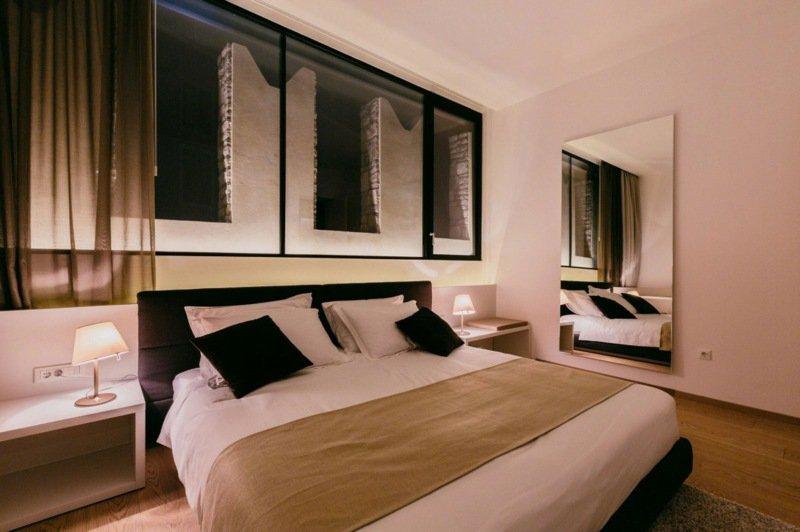 amenagement-interieur-maison-chambre-coucher-grand-lit-cousisns-miroir