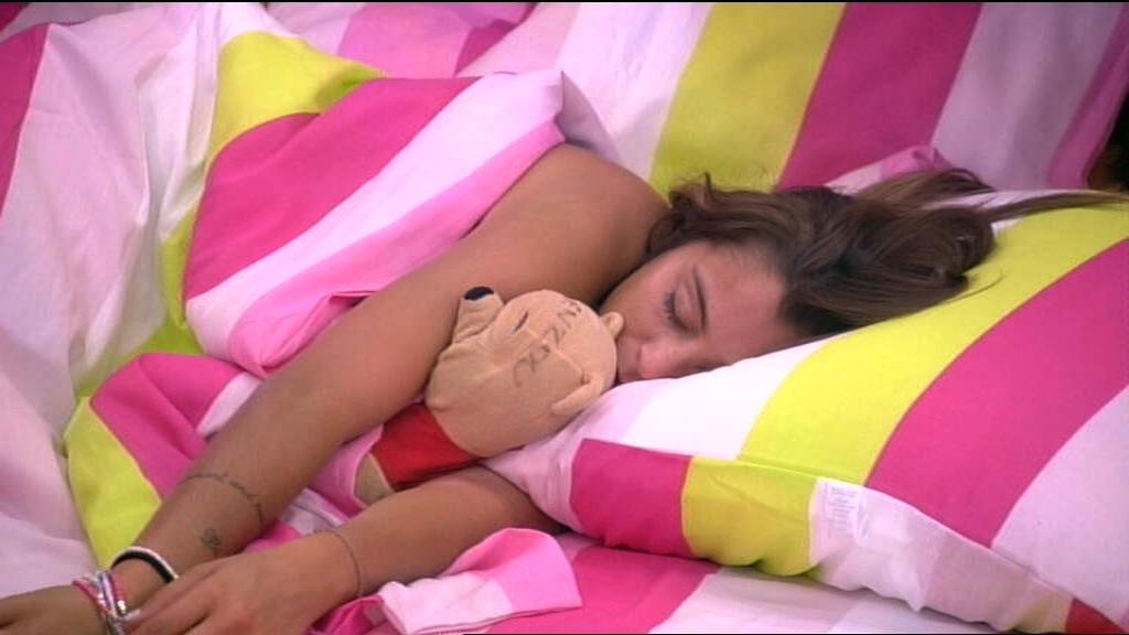anais-dort-aussi-mais-jamais-sans-son-ours-en-peluche-10929195blnxk