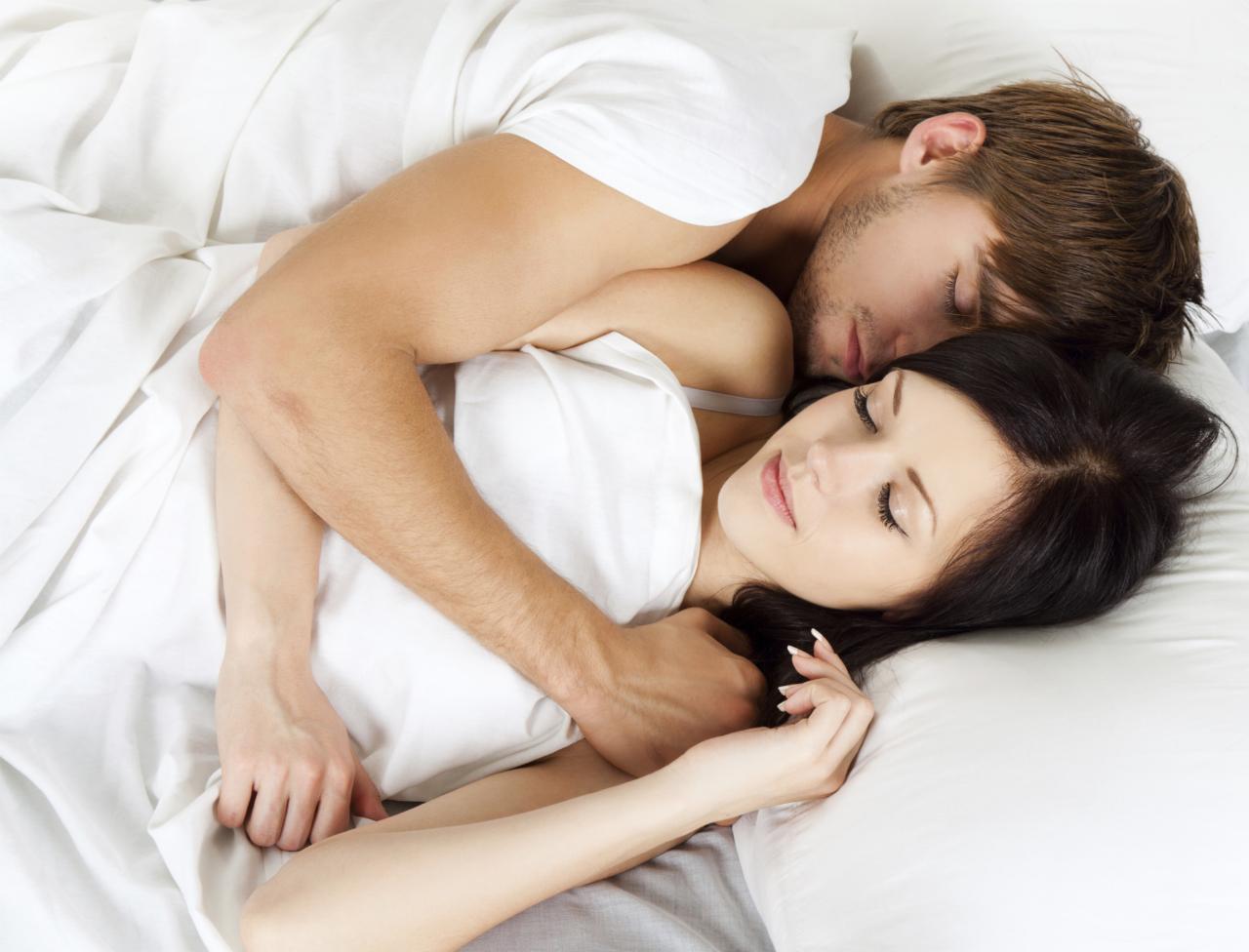colle-serre-dos-a-dos-votre-position-au-lit-en-dit-beaucoup-sur-votre-couple