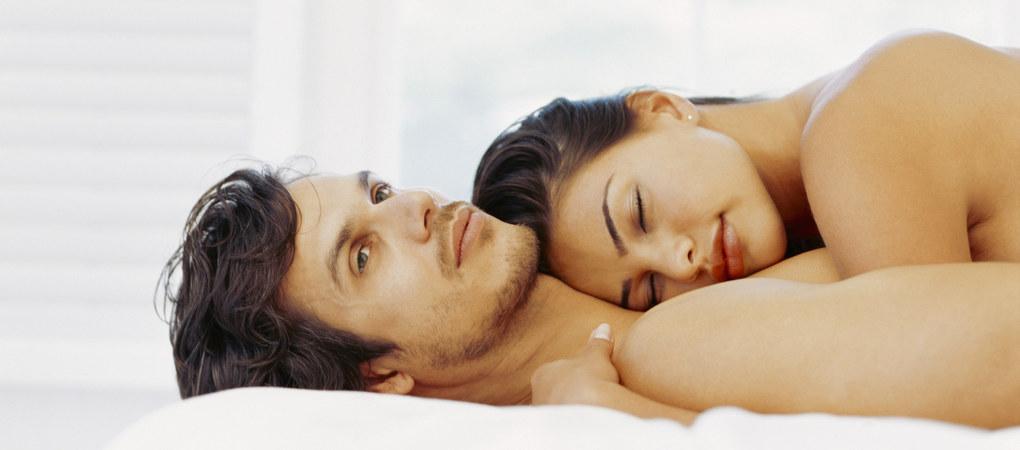 couple-dormir-nu-a-deux-pour-vivre-heureux-268436_w1020h450c1cx1338cy2299