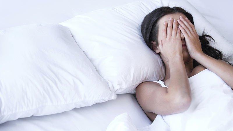 femme-au-lit-triste