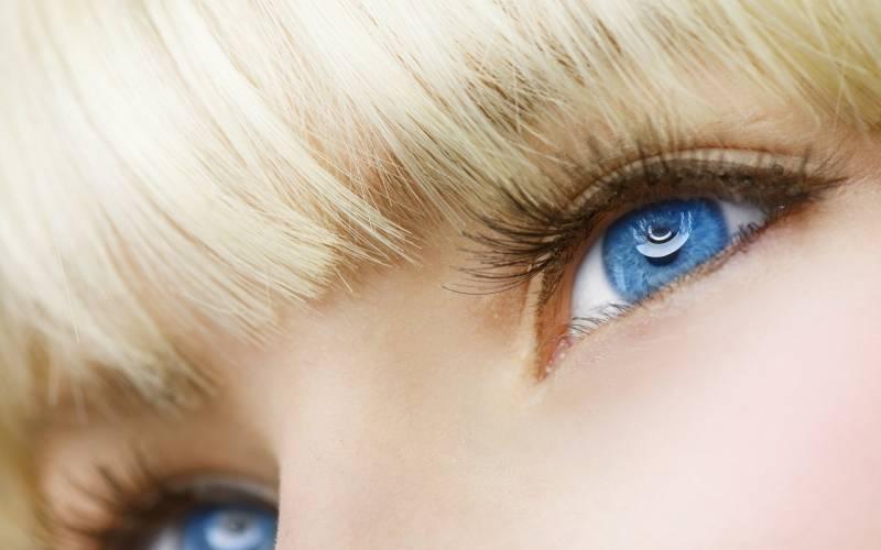 fond_ecran_regard_azur_yeux_bleu_femme_suedoise_frange_cheveux_blonds_peau_maquillee_lisse_sourire_image_fond_clair_resize