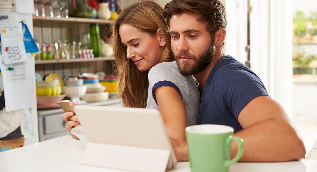 10 choses que les couples ne devraient jamais faire sur facebook. Black Bedroom Furniture Sets. Home Design Ideas