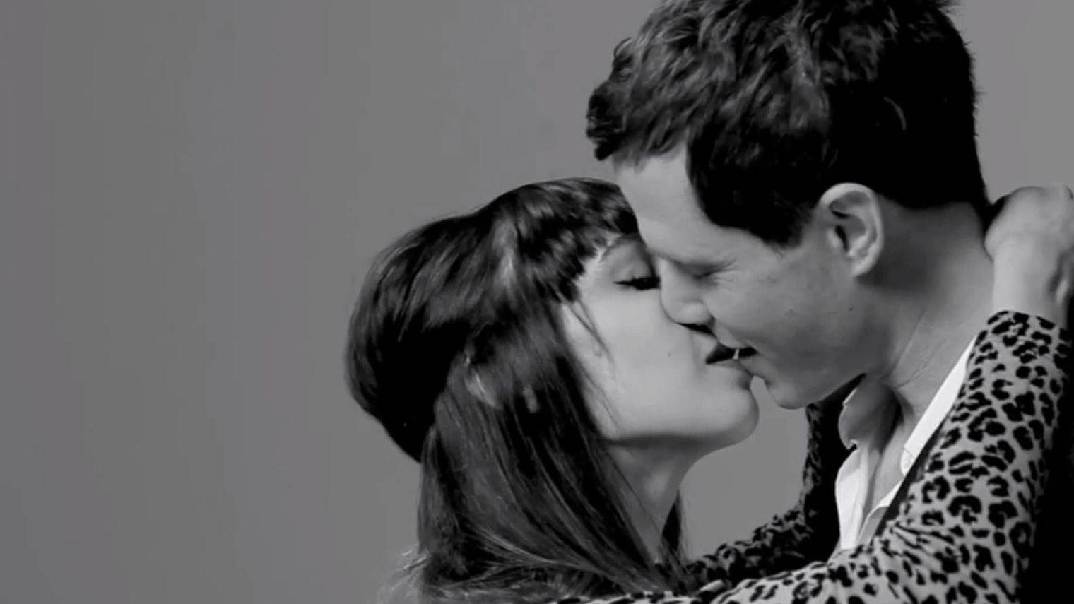 Miels de l'adolescence s'embrasser avec