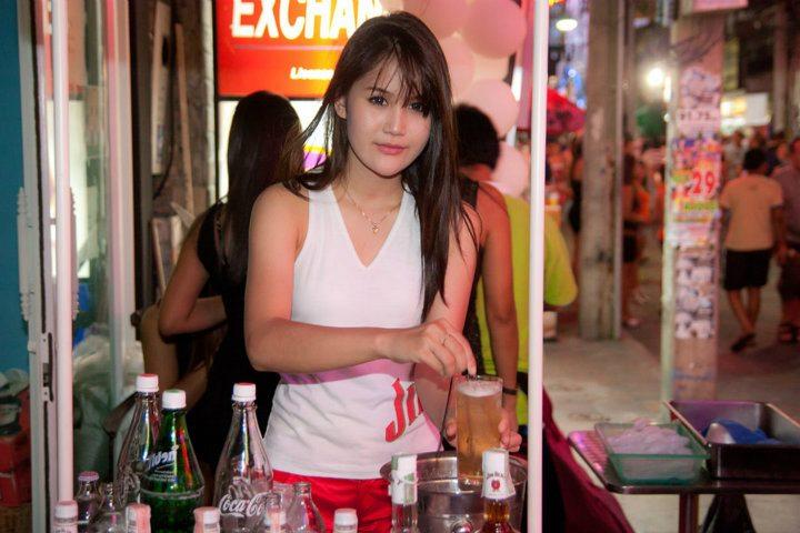 barmaid-du-halo-club-de-pattaya